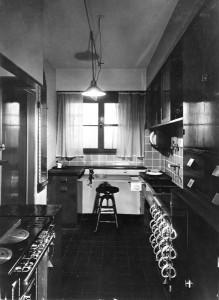 Algunas feministas norteamericanas más pragmáticas, sitúan la liberación femenina en la creación de la píldora y los electrodomésticos ya que las hizo dueñas de su cuerpo y su tiempo. Años antes de esos inventos y en 1926, la primera arquitecto austríaca, la comunista Margarete Schütte-Lihotzky creó la primera cocina modular para simplificar la vida de las mujeres proletarias. La Cocina de Frankfurt sentó las bases de las cocinas occidentales.