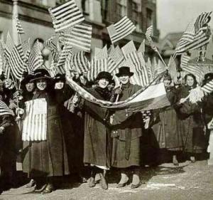 En 1909 el Partido Socialista de EE.UU declara el 28 de febrero como el primer Día Nacional de la Mujer y se seguiría celebrando dos años más. El 19 de marzo del 1911 Alemania, Austria, Dinamarca y Suiza celebran el 1er Día Internacional de la Mujer europeo. Seis días después, un incendio en una fábrica de NY mata a 140 obreras. El hecho marcaría la legislación laboral del país.