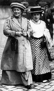 Clara Zetkin y Rosa Luxemburgo (a la derecha en la foto) fundaron el partido comunista alemán. Zetkin sería una figura clave en el feminismo al ser una de las más activas defensoras de los derechos laborales para las mujeres. Como un guiño histórico, 1857, el año de su nacimiento, fue utilizado por feministas de EE.UU para situar la falsa matanza obrera e impulsar la festividad, hasta entonces exclusiva de la órbita soviética.